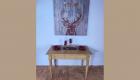 Holztisch mit Bild
